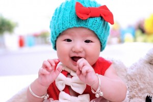 bébé avec un bonnet