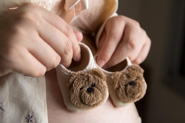 femme enceinte chaussures bébé