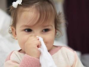 Bébé enrhumé avec son mouchoir