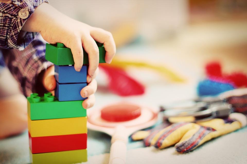 un enfant en train de jouet