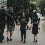 deces-d-un-proche-comment-preparer-les-enfants-a-la-ceremonie-d-obseques